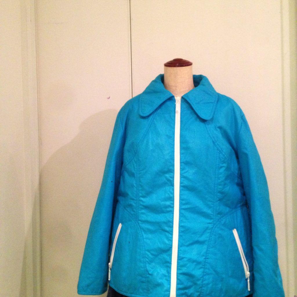 鮮やかなカラーリングのスキージャケットとフィッシャーマンセーターと細畝のコーデュロイロングスカートでスタイリング!! コーディネート レディース 商品入荷